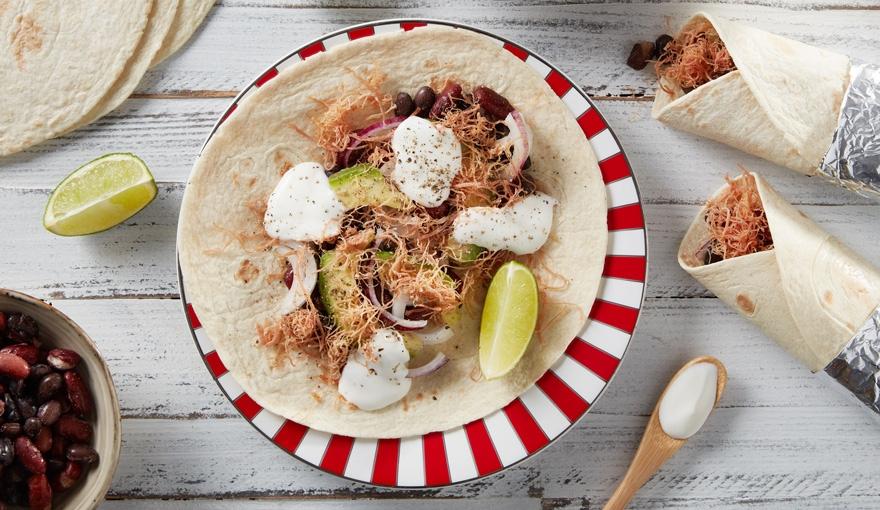 Burrito con insalata di carne, avocado, fagioli e cipolla