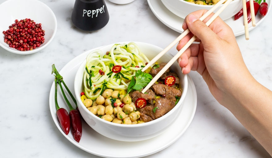 Indian bowl con riso al curry, spezzatino e verdure croccanti