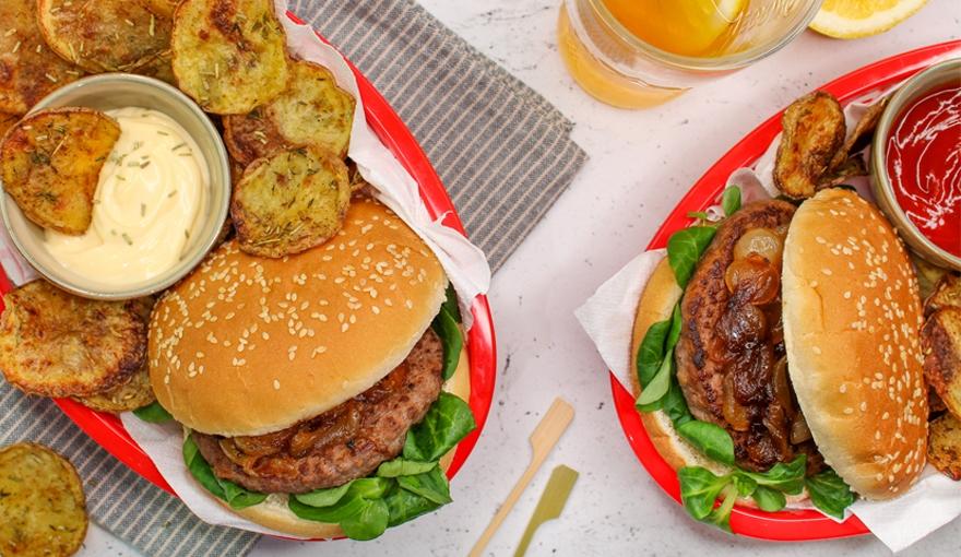 Hamburger con cipolla caramellata e chips di patate
