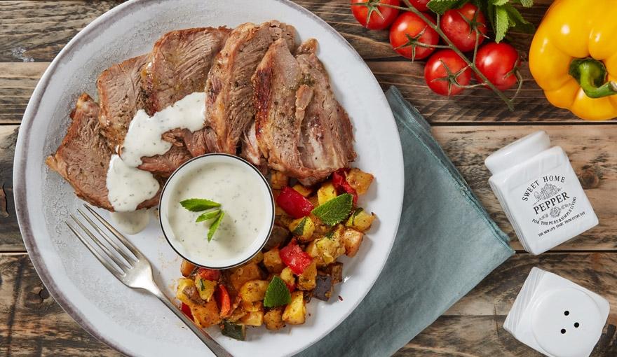 Arrosto freddo con salsa alla menta e verdure saltate