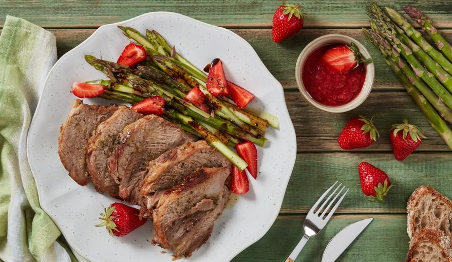 Arrosto freddo con asparagi marinati e coulis di fragole
