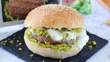 Hamburger con burrata, pesto e granella di pistacchi