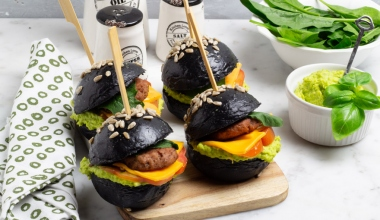 Black burger al carbone con pomodori e hummus di edamame
